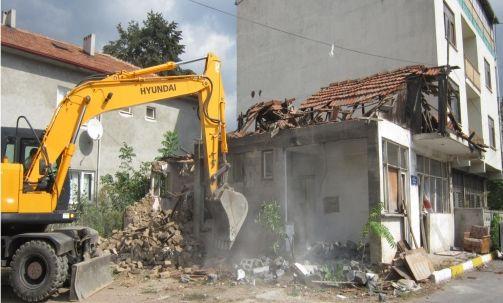 Derince'de metruk yapılar yıkılıyor
