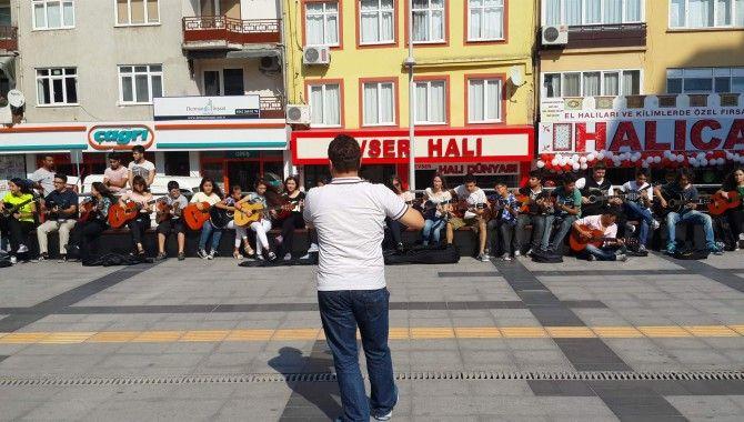 30 gitarist, yarışmaya sokakta hazırlanıyor