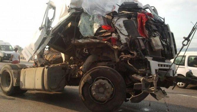 TIR ile belediye otobüsü çarpıştı: 1 yaralı