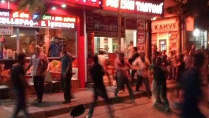 20 kişi 1 dükkana saldırdı