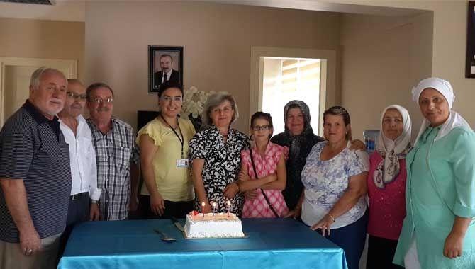 Emekli evlerinde doğum günü coşkusu