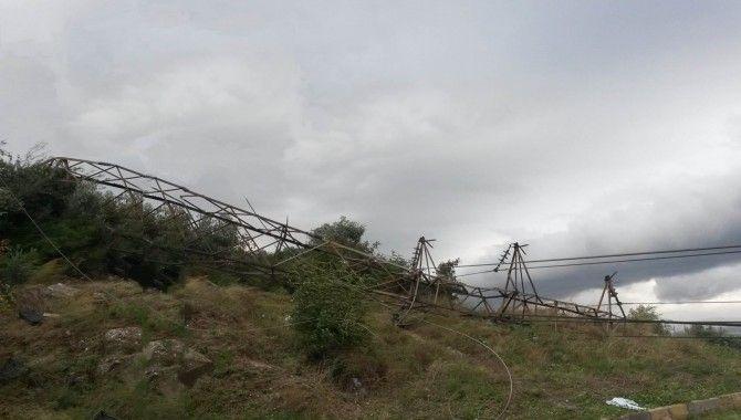 Fırtına Körfez'de 7 elektrik direğini yıktı