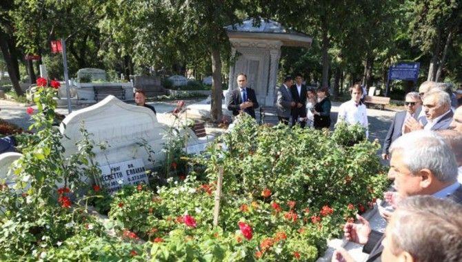 Başkan Karaosmanoğlu, Erbakan'ın kabrini ziyaret etti