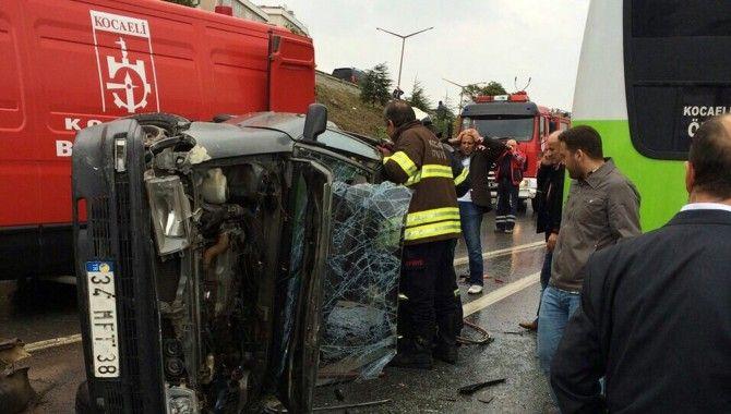 Darıca'da otomobil ile halk otobüsü çarpıştı