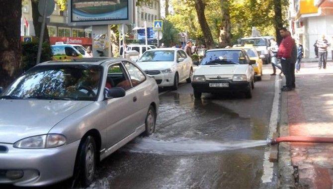 İnşaatta biriken yağmur suyuna akıl almaz çözüm