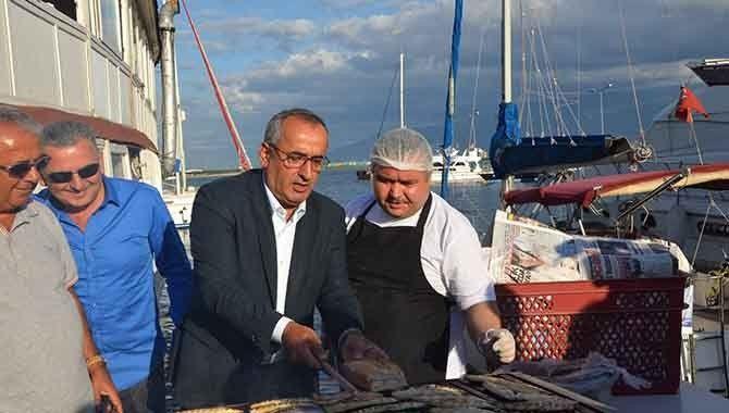 Balıkçılardan ücretsiz balık ekmek