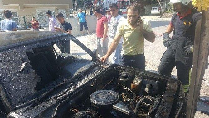 Motorunda yangın çıkan otomobil kullanılamaz hale geldi
