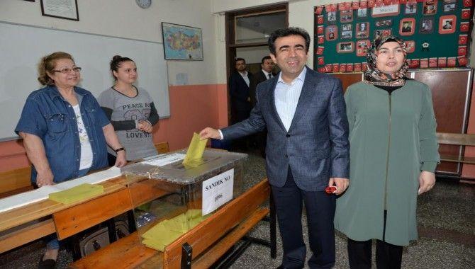 Vali Güzeloğlu ve il başkanları sandık başında
