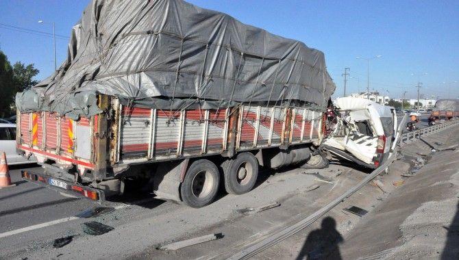 Kamyon, yolcu alan işçi servisine çarptı: 5 yaralı
