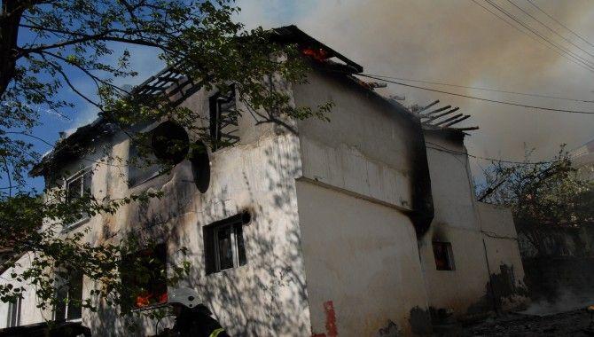 Yangın iki evi yok etti