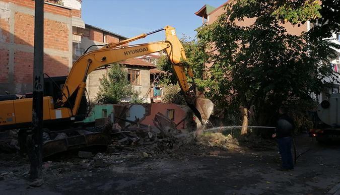 İzmit'te tehlike yaratan binalar yıkılıyor