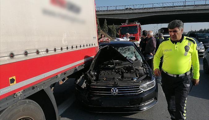 Otomobil TIRa çarptı: 2 kişi yaralandı!
