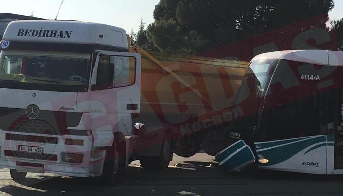 Korkutan kaza: Kamyon tramvaya çarptı!