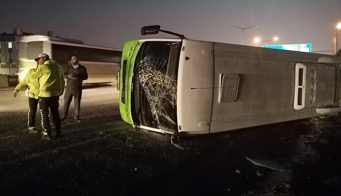Yolcu midibüsü devrildi: Bir kişi yaralandı!