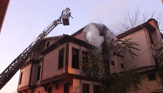 İzmitte tarihi ahşap binada yangın çıktı!