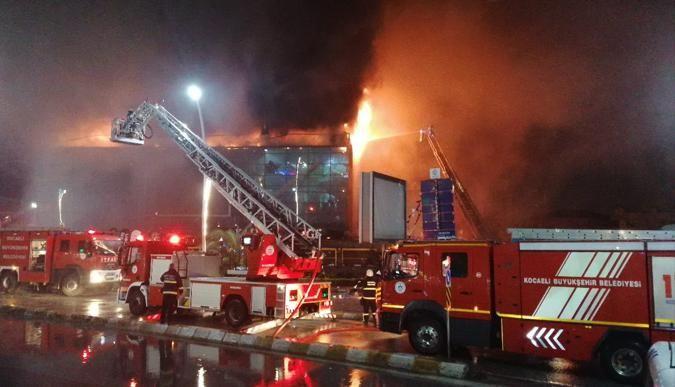 AVMde yangın! 4 saatte kontrol altına alındı