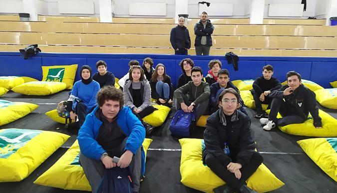 Robotik yarışmaya katılacak öğrenciler Başkan Sezer'e gitti