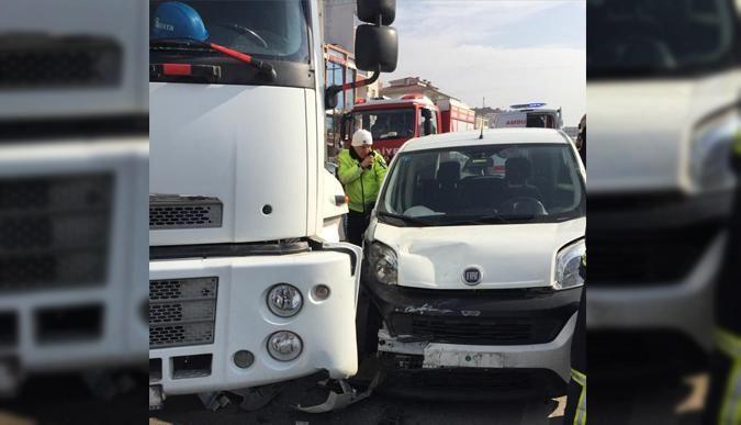 Otomobil, TIR ile çarpıştı: 2 yaralı!