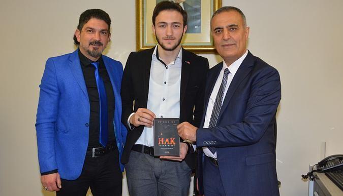 Genç yazar ilk kitabını Yamen'e hediye etti