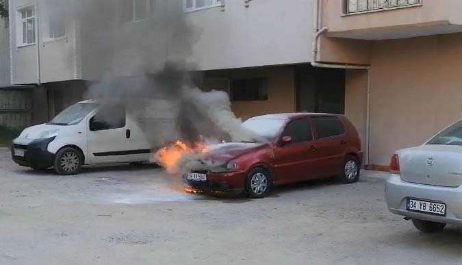 Sahibinin çalıştıramadığı araç alev alev yandı!