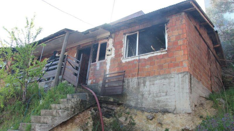 Boş evde çıkan yangın yan eve sıçradı