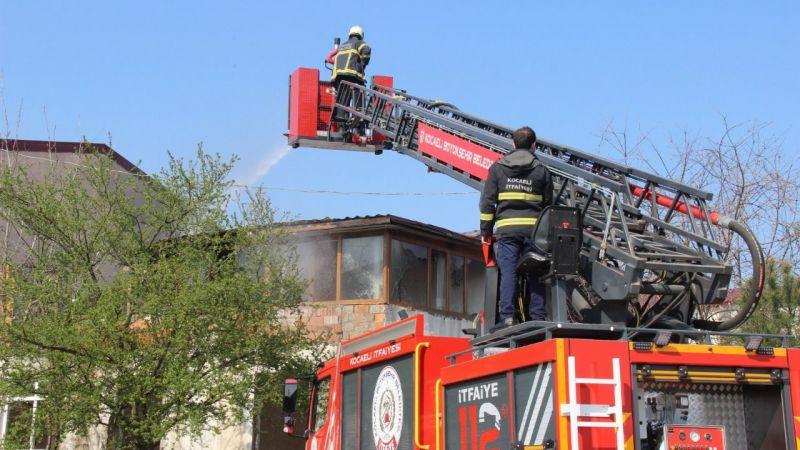 2 katlı binanın çatı katı alevlere teslim oldu