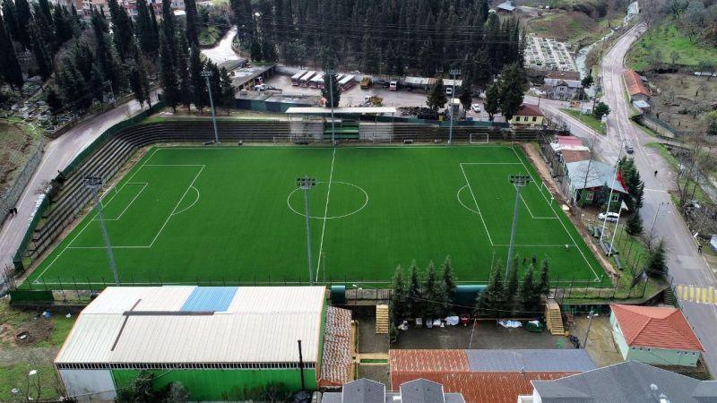 Gölcük'te futbol sahaları yenilenmeye devam ediyor