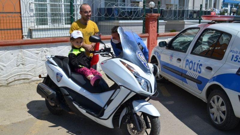 4 yaşındaki minik kızın polis korkusunu yendiler