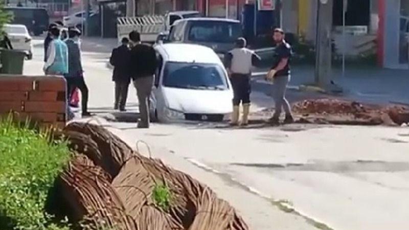 Cadde de giderken otomobili ile çukura düştü