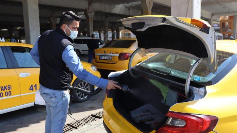 Kocaeli genelindeki ticari taksileri İzmit Belediyesi dezenfekte ediyor