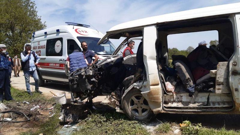 Minibüs elektrik direğine çarptı: 5 yaralı