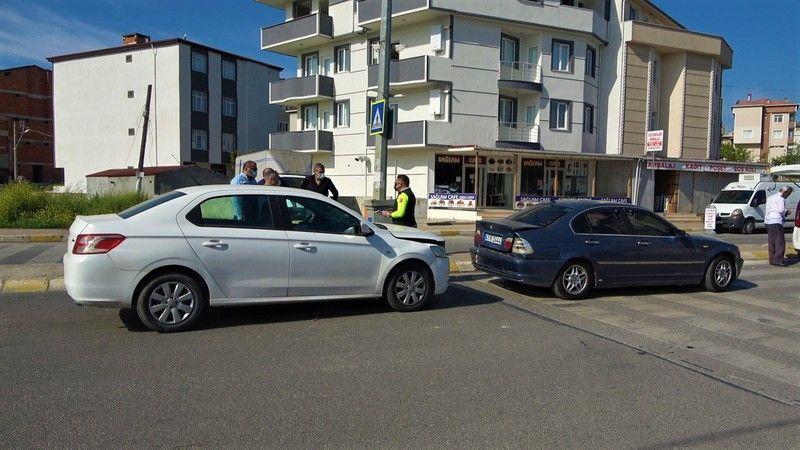 Arka arkaya giden iki otomobil çarpıştı: 1 yaralı