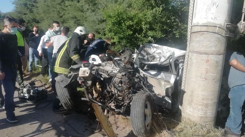 Otomobil elektrik direğine çarpıp hurdaya döndü: 1 ölü, 1 yaralı
