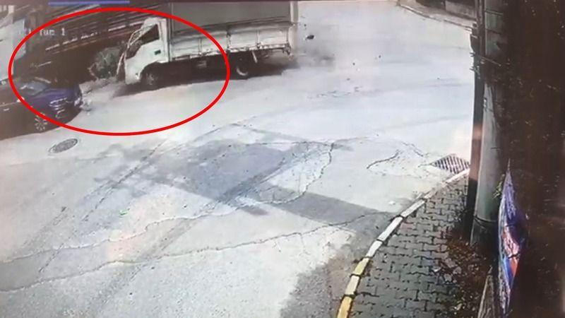 Kontrolden çıkan kamyonet önce tıra, sonra otomobile çarptı