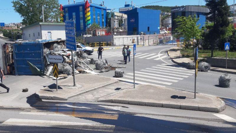 Kamyon devrildi hurdalar yola saçıldı: 1 yaralı