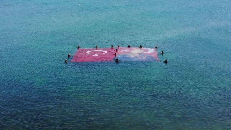 Denizin üstünde dev Türk bayrağı ve Atatürk posteri açtılar