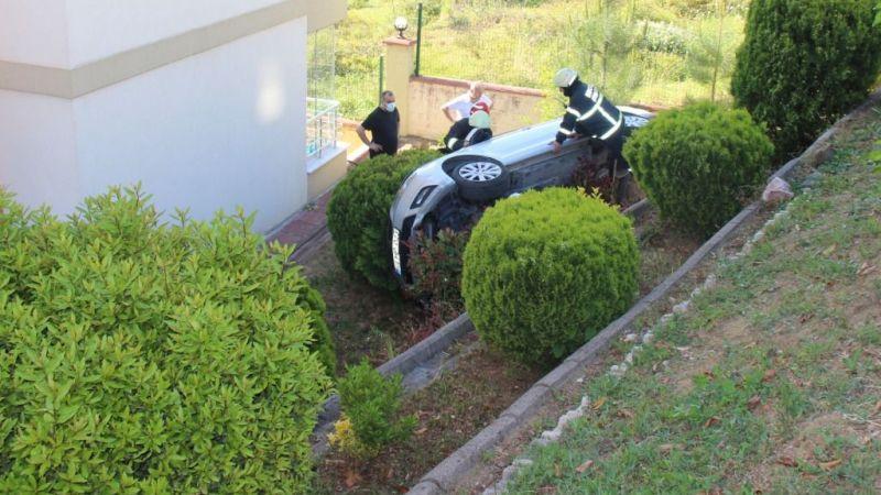 Otomobilini park ederken sitenin bahçesine uçtu