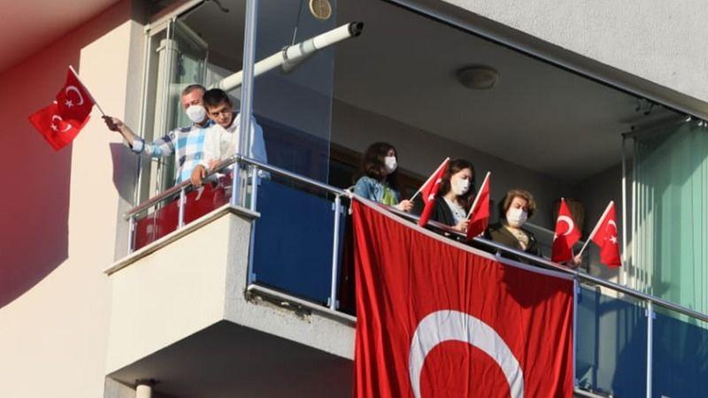 Büyükakın ailesi, İstiklal Marşı'na balkonlarından eşlik etti