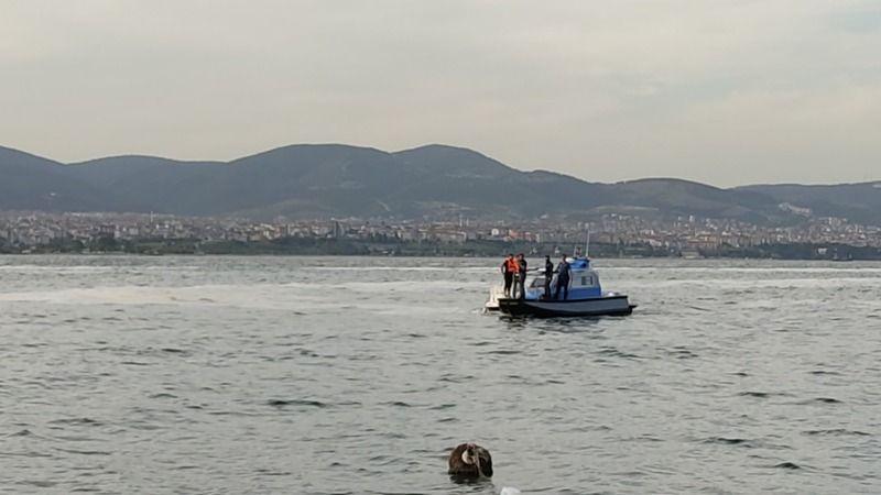 Yatta kutlama yapan iki arkadaş, denizin ortasında mahsur kaldı