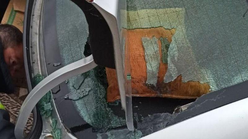 Seyir halinde olan otomobilin camı patladı