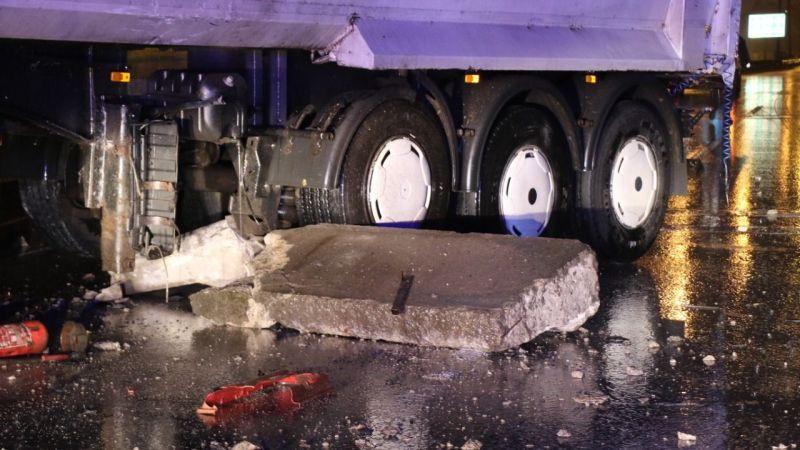 Hafriyat kamyonu beton bariyerlere çarptı: 1 yaralı