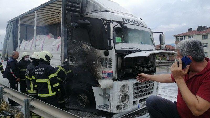 Sürücünün son anda indiği tırı itfaiye ekipleri söndürdü