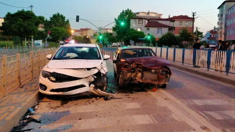 Altgeçit çıkışında iki otomobil çarpıştı: 1 yaralı