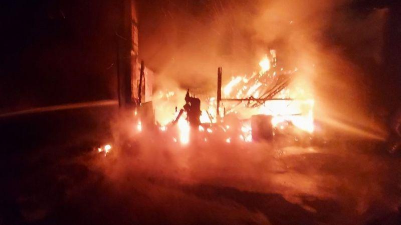 İşçilerin kaldığı lojmanda yangın çıktı: Yangın fabrikaya da sıçradı
