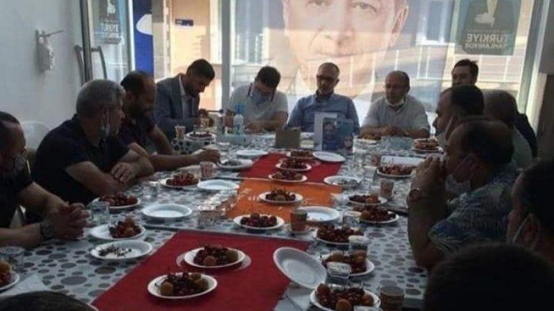 Türk bayrağı üzerinde yemek yemişlerdi, özür dilediler