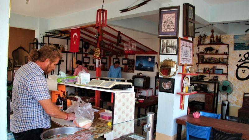 Hem çaycı hem koleksiyoner hem de sanatçı