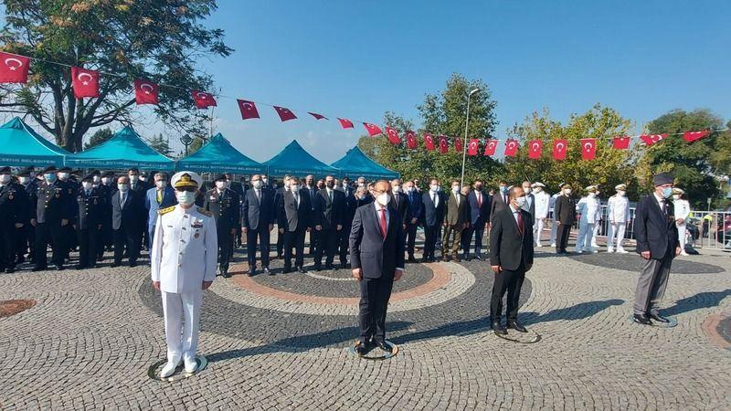 Gaziler gününde Atatürk'e çelenk