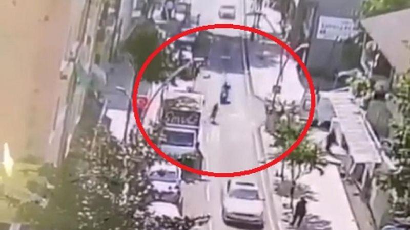 Paşa'da koşarak yola atlayan kadına motosiklet çarptı