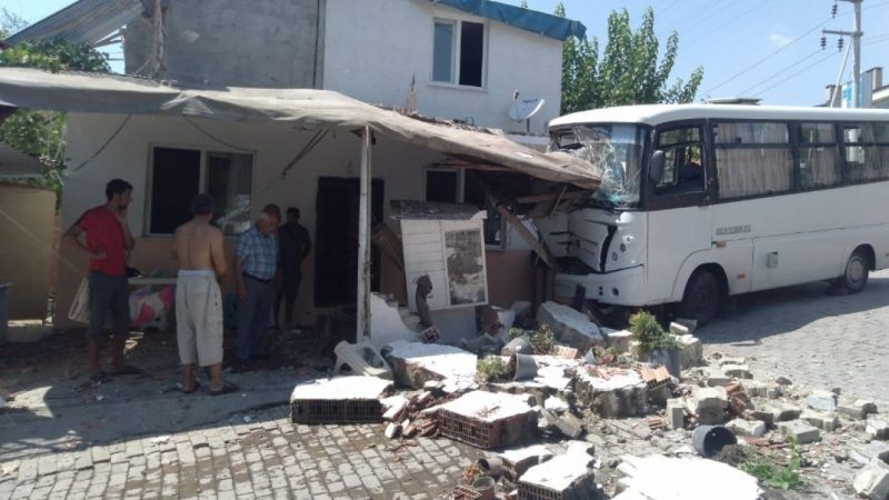 Minibüs eve girdi: 3 yaralı