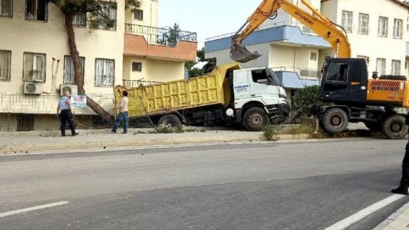 Kontrolden çıkan kamyon, evin balkonuna girdi